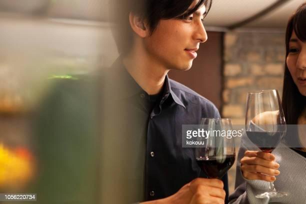 男性と女性は、バーで立って飲むカウンター - カップル ストックフォトと画像
