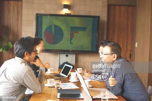男性と女性の日本オフィスで会議