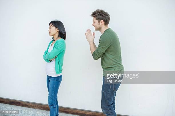 男性に女性 謝罪 - 和解 ストックフォトと画像