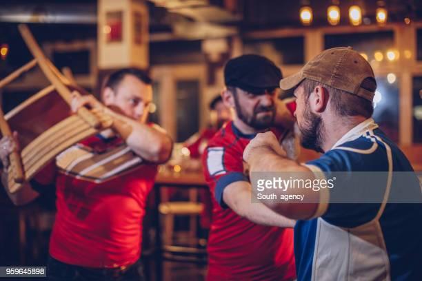 homens discutindo no bar desportivo - taking a shot sport - fotografias e filmes do acervo