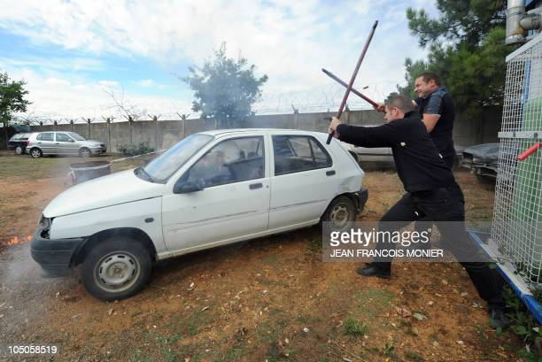 'TERRORISTES ET MANIFESTANTS LES DEUX CASSETETES DES CHAUFFEURS DE VIP' Men armed with iron bars try to steal a car during an attack exercise as part...