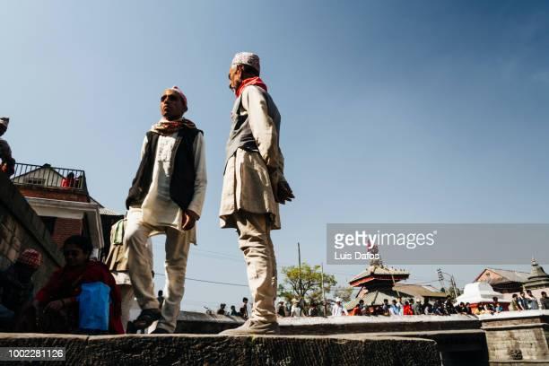 men at pashupatinath - only men stockfoto's en -beelden