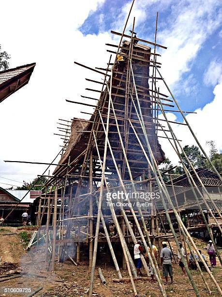men building a tongkonan for a funeral at sulawesi, indonesia - rantepao stock photos and pictures