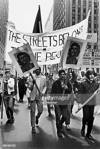 Men carry placards showing Argentine Marxist revolutionary Che Guevara during an antiVietnam War demonstration in New York City 1968