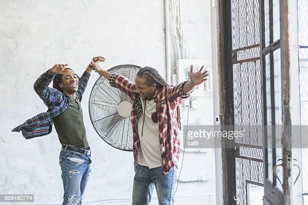 men cooling off in front of fan - verfrissing stockfoto's en -beelden