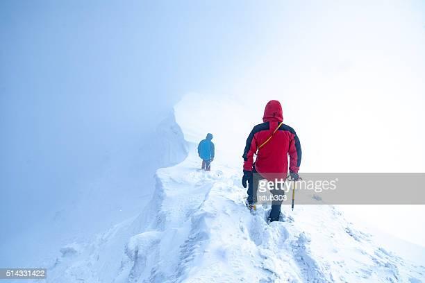 Zwei Männer absteigender ein Gletscher Spitze in den Wolken