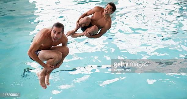 Männer, die Bombe Tauchgänge in Swimmingpool