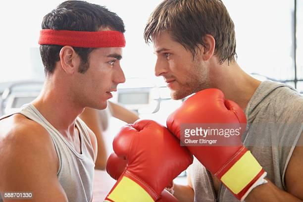 men facing off in boxing match - oliver eltinger stock-fotos und bilder