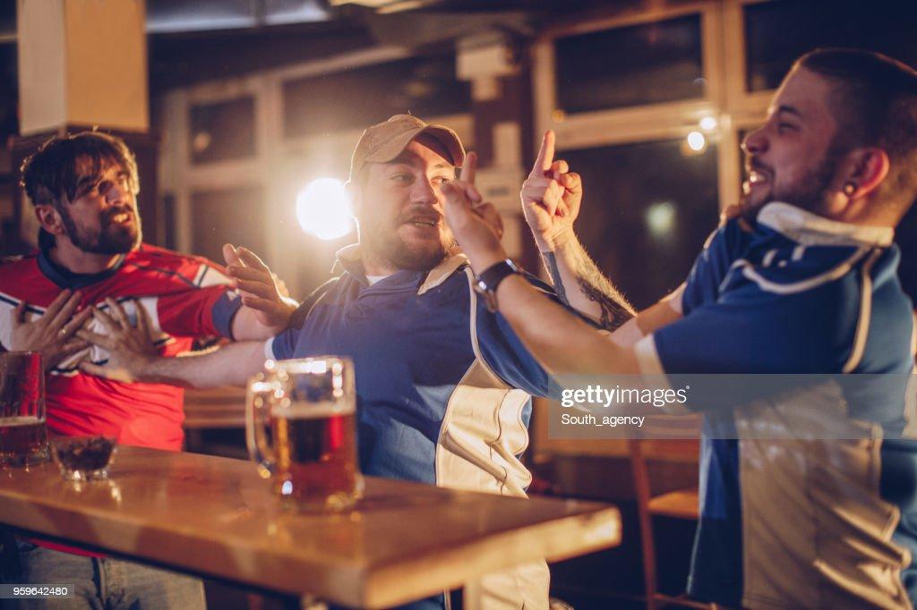 Männer kämpfen in der Sportbar : Stock-Foto