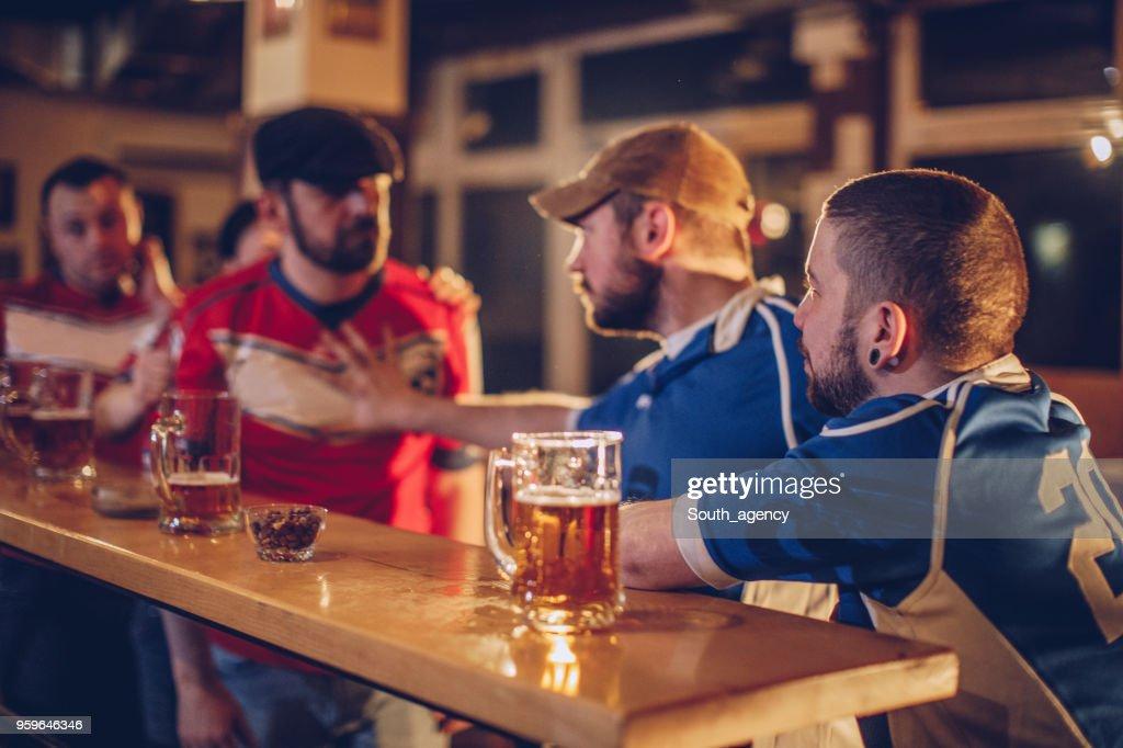 Männer kämpfen in Sport-pub : Stock-Foto
