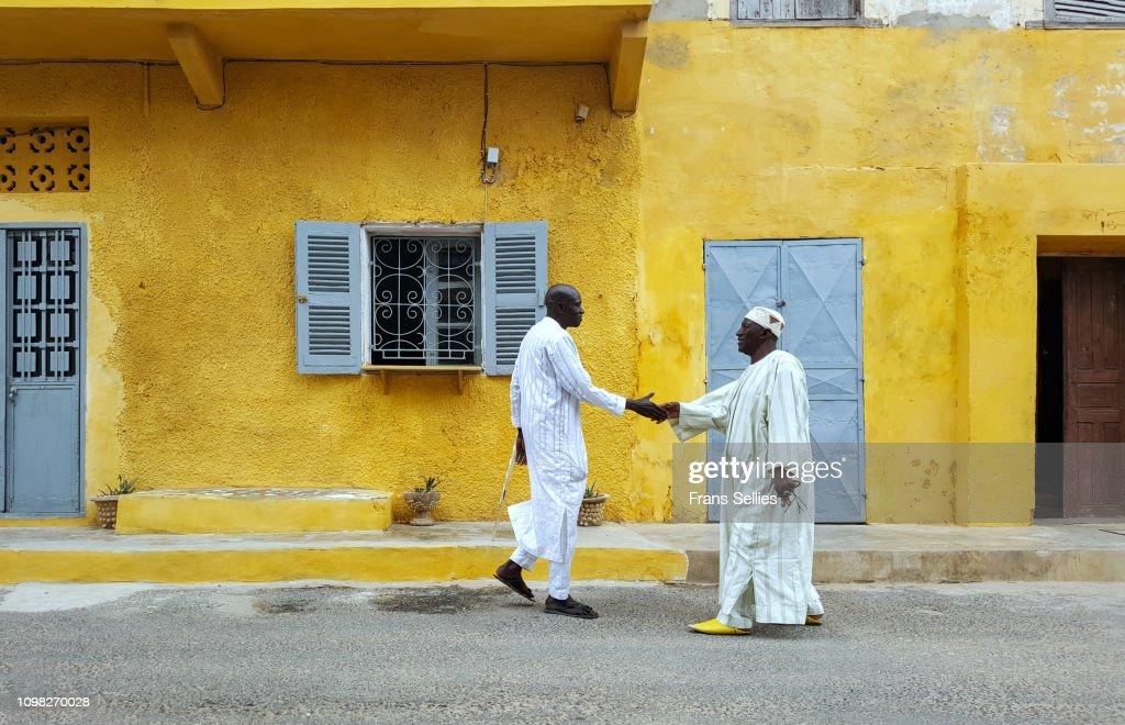 Men greeting each other on a street in Saint-Louis, Senegal : Stockfoto