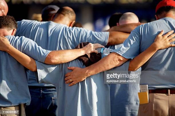 Culto oración grupo de hombres
