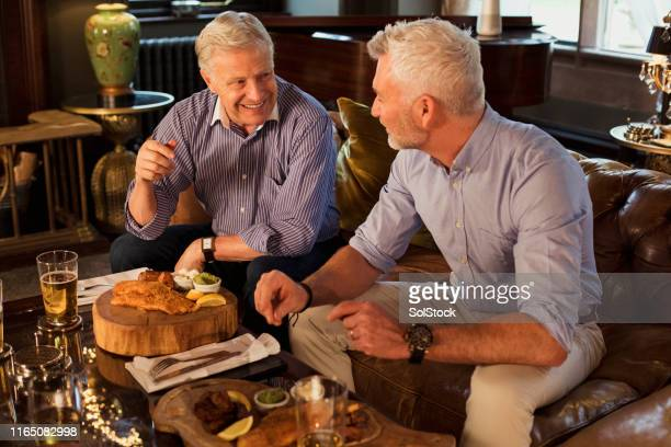 homens que têm o almoço junto - comida de pub - fotografias e filmes do acervo