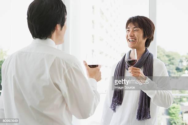 男性がワイン