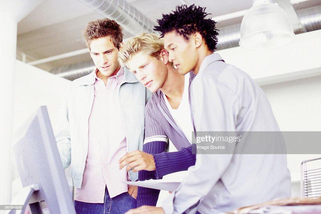Men in an office : Stock-Foto