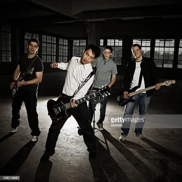 Männer in Band spielt Gitarre auf leere Factory, Low-Key