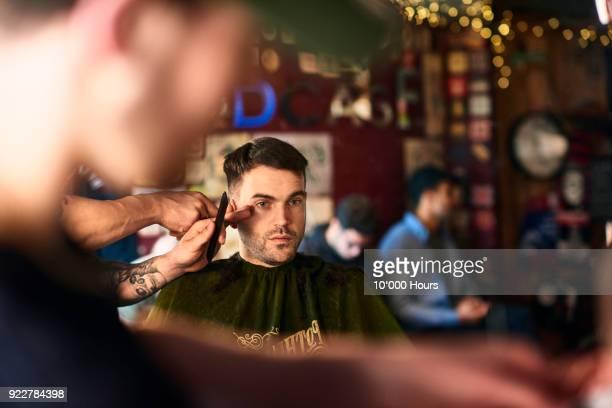 men in barber shop - haare schneiden stock-fotos und bilder