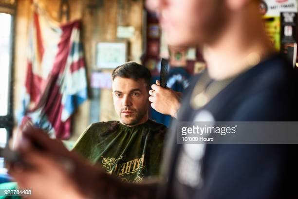men in barber shop - barber shop fotografías e imágenes de stock