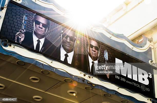 hommes en noir y-3 poster du film au cinéma marquee - affiche de film photos et images de collection