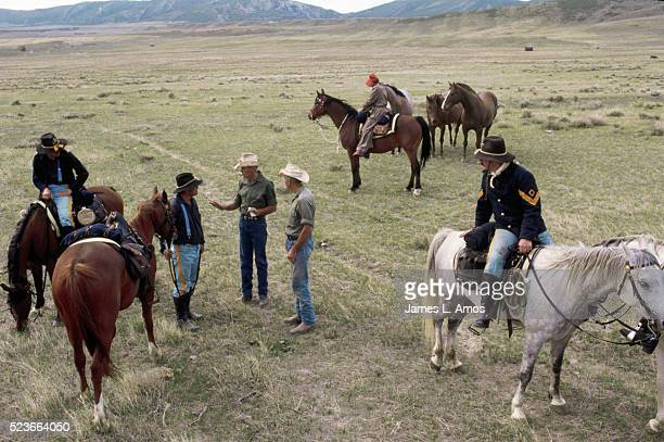 men in cavalry uniforms on the oregon trail - men stockfoto's en -beelden