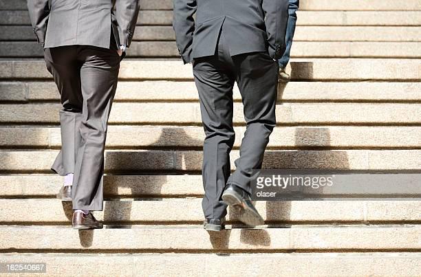 Männer in Anzügen, die step up