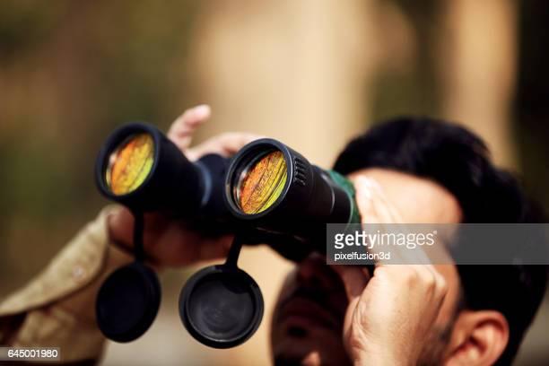 Männer Blick durch das Fernglas