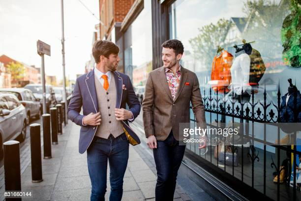 男性は流行を見ているハイ ・ ストリート - デザイナー服 ストックフォトと画像