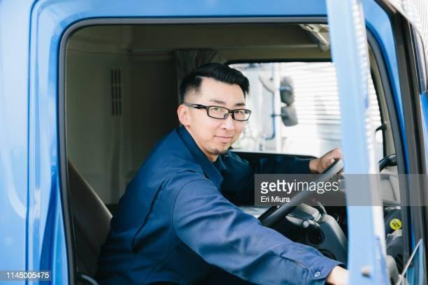 men opening the truck door - solo un uomo di età media foto e immagini stock