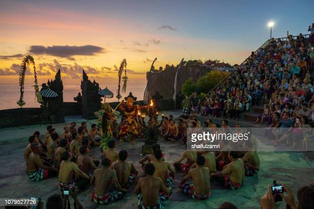 men performing balinese dance kecak (ramayana monkey chant) in a night. indonesia - shaifulzamri foto e immagini stock