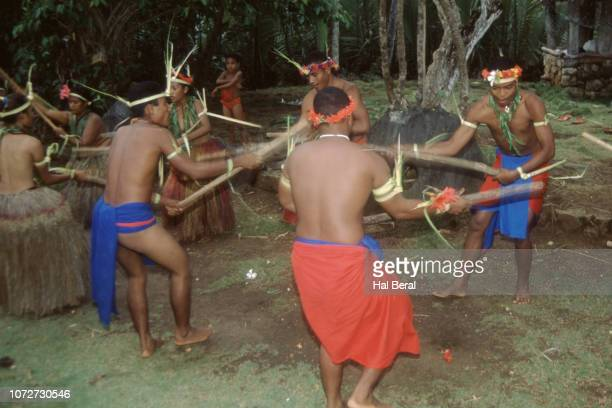 men performing traditional dance - men stockfoto's en -beelden