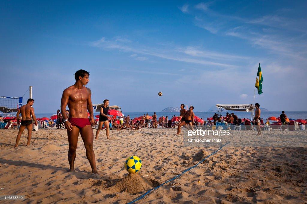 Men play volley-football on beach : Foto de stock