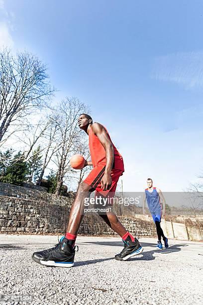 男性がバスケットボール - ドリブル ストックフォトと画像
