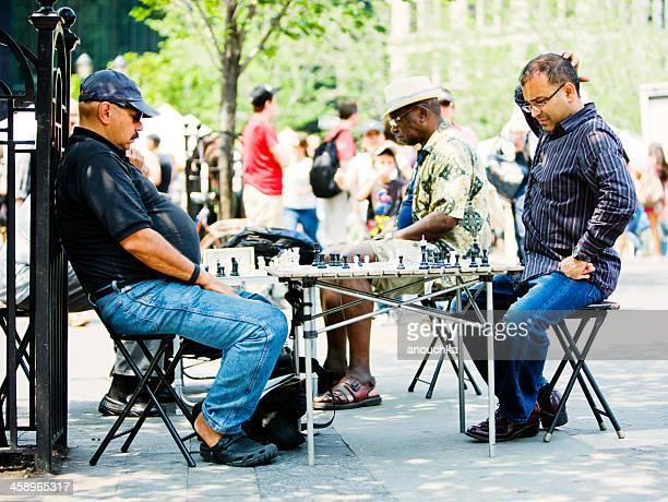男性がチェスニューヨークの公園 - ユニオンスクエア ストックフォトと画像