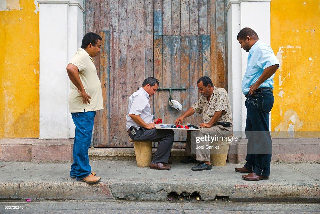 Uomini giocano a scacchi in strada a Cartagena, Colombia : Foto stock