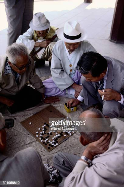 men playing go game - men stockfoto's en -beelden