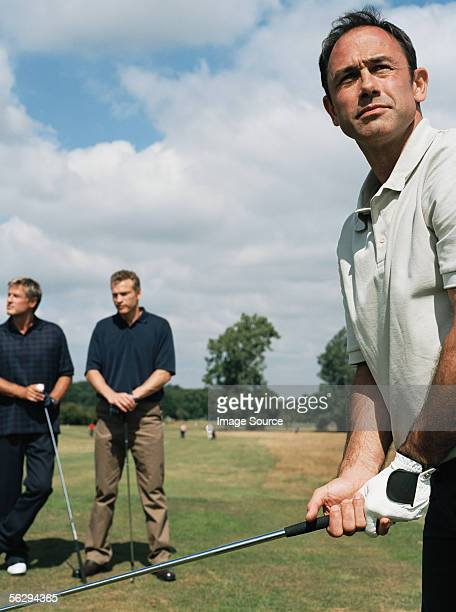 Männer spielen golf