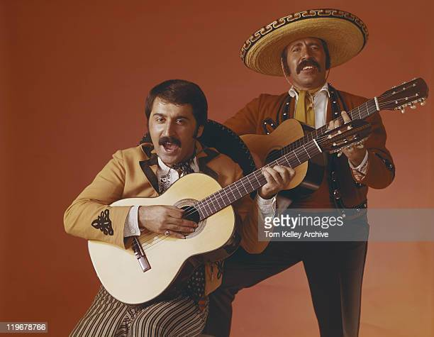 男性がギターとブラウンの背景、ポートレート - 1967年 ストックフォトと画像