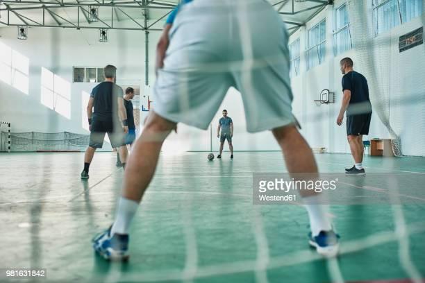 men playing indoor soccer - cinq personnes photos et images de collection