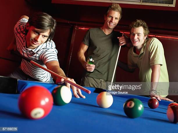 homens jogar bilhar - só homens jovens imagens e fotografias de stock
