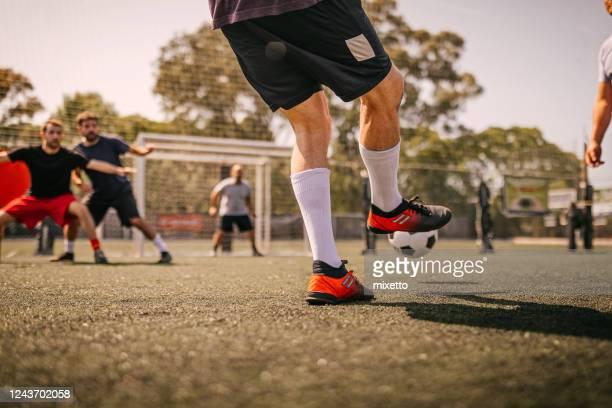 hommes jouant au football - cinq personnes photos et images de collection