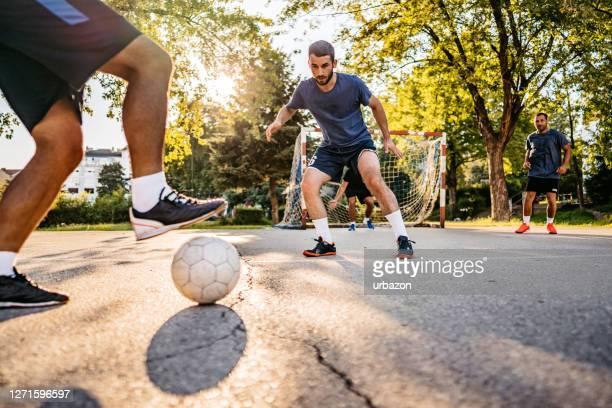 hommes jouant au football - défenseur joueur de football photos et images de collection