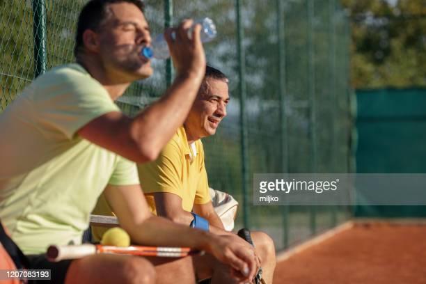 mensen die tennis spelen - alleen volwassenen stockfoto's en -beelden