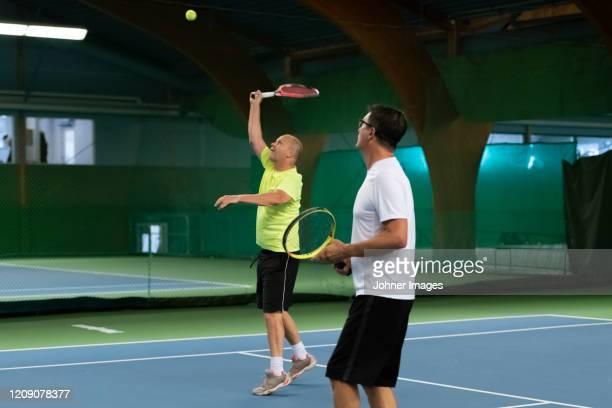 men playing tennis - racket sport stockfoto's en -beelden