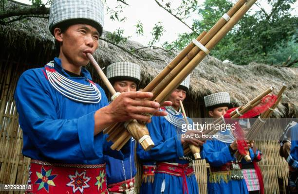 men playing wind instruments - men stockfoto's en -beelden