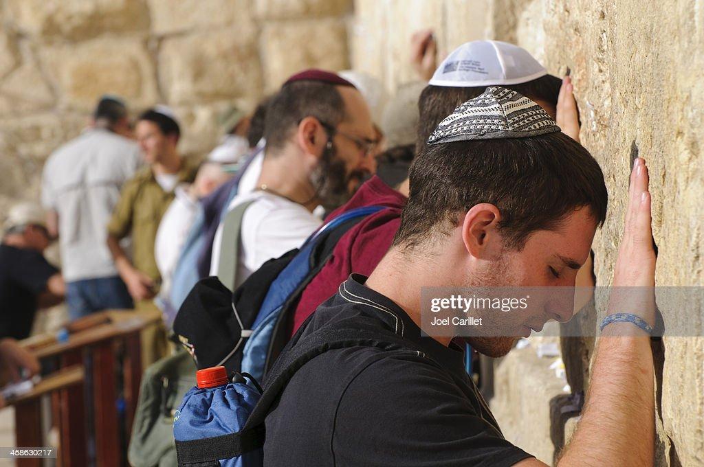 Rezar en Jerusalén, los hombres de la muralla occidental : Foto de stock