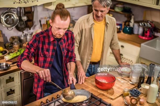 Mannen bereiden van voedsel