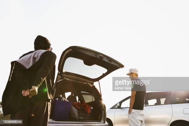 サーフィンのための準備の男性 - アウトドア ストックフォトと画像