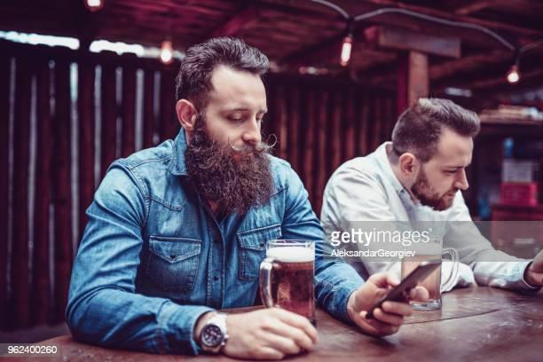 Hommes relaxants au Pub après une semaine de travail