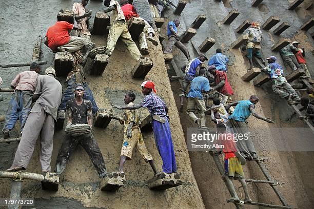 Men replaster the great mud Mosque, Djenne, Mali