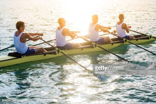 Männer-Ruderboot
